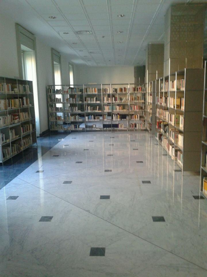 Biblioteca universitaria genova for 2 piani cottage storia